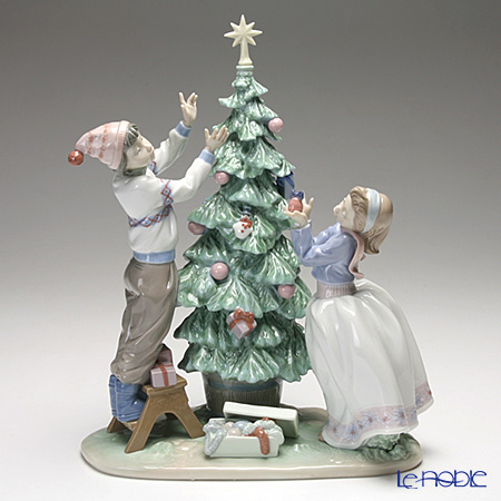 Lladro Trimming the tree 5897