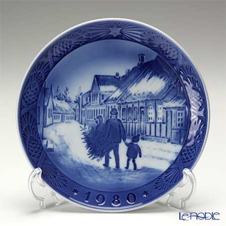 Royal Copenhagen Collectibles 'Bringing Home Tree' 1980 Christmas Plate 18cm