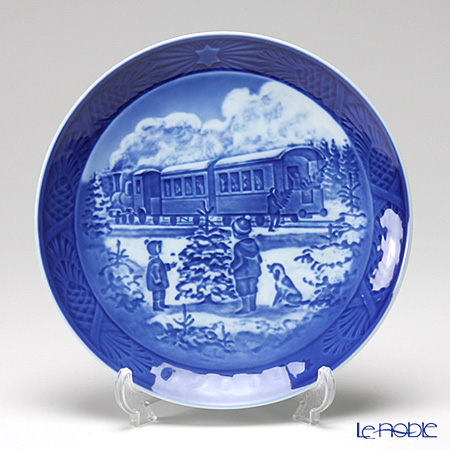 Royal Copenhagen Christmas Plate 2004 - 'Awaiting The Christmas Train'
