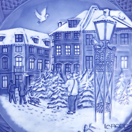 ロイヤルコペンハーゲン(Royal Copenhagen) イヤープレート2018年 「CHRISTMAS TREE MARKET」【プレート立て&ハンガー付】