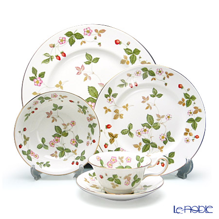 Wedgwood Wild Strawberry Plate 27 cm, Plate 20 cm, Bowl 16 cm and Peony Teacup & Saucer