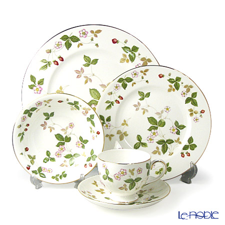 Wedgwood Wild Strawberry Plate 27 cm, Plate 20 cm, Bowl 16 cm and Leigh Teacup & Saucer